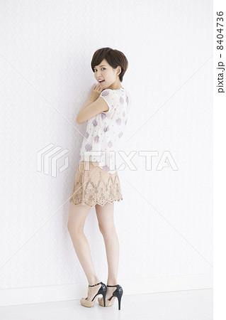 女性 後姿 若い ミニスカート ファッションの写真素材 , PIXTA