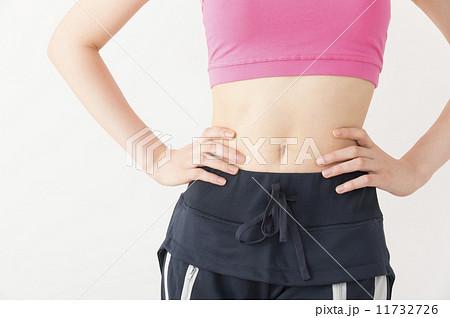 ボディライン 手 腰 腰に手を当てる 若い女性の写真素材 Pixta