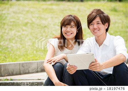 ede56ddd0c カップル タブレット 大学生 男女の写真素材 - PIXTA