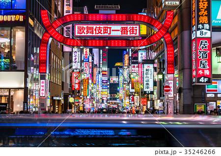 繁華街 新宿 ネオン街 夜景の写真素材 Pixta